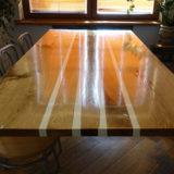 Stół jadalniany zalany białą żywicą - dębowy zygzak